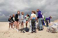 Nederland -  Velsen - 2019. Boskalis Beach Cleanup Tour. In de zomer van 2019 wordt de hele Noordzeekust weer schoon dankzij de Boskalis Beach Cleanup Tour van Stichting De Noordzee. Dit wordt gedaan om om te laten zien hoeveel afval er op de stranden ligt en in zee terechtkomt. De plasticsoep zorgt ervoor dat er jaarlijks meer dan 1 miljoen zeedieren sterven. Miss Beauty's 2019 en Miss Earth helpen vandaag mee. Het afval wordt verzameld.    Foto mag niet in negatieve / schadelijke context worden gepubliceerd.     Foto Berlinda van Dam / Hollandse Hoogte