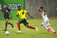 BARRANQUILLA - COLOMBIA, 22-07-2018: Julián Quiñones (Izq.) jugador de Colombia, disputa el balón con Edwin Rodríguez (Der.) jugador de Honduras, durante el encuentro de primera ronda, grupo A, en el estadio Romelio Martínez de la ciudad de Barranquilla, en fútbol masculino de los Juegos Centroamericanos y del Caribe Barranquilla 2018. Colombia empató el partido con marcador 1-1. / Julián Quiñones (L) player of Deportivo Pasto fights for the ball with Edwin Rodriguez (R) player of Honduras, during the first round match, group A, in Men's soccer, at the Romelio Martinez Stadium in Barranquilla city, of the Central American and Caribbean Sports Games Barranquilla 2018. Colombia tie the match by score of 1-1 goal. Photos: VizzorImage / Alfonso Cervantes / Cont.