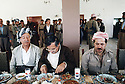 Irak 1991   Aziz Mohamed, Jalal Talabani et Massoud Barzani à Shaklawa pendant le dejeuner du Front du Kurdistan  Iraq 1991 Shaklawa: Aziz Mohammed, Jalal Talabani and Massood Barzani during the lunch of the Kurdish front
