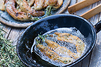 Beifuß-Küchle, Beifussküchle, Beifuss-Küchle, Beifuß-Kuchle, Beifuss-Kuchle, Kuchle, Küchle, Beifuss-Pfannkuchen, Blüten und Blätter, Sprosse vom Beifuß werden in Pfannkuchenteig, Teig getaucht und anschließend in heißem Fett frittiert. Beifuß, Gewöhnlicher Beifuß, Beifuss, Artemisia vulgaris, Mugwort, common wormwood, wild wormwood, wormwood. L'Armoise commune, L'Armoise citronnelle