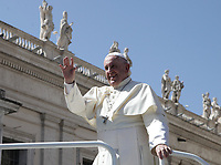 Papa Francesco saluta i fedeli al termined ell'udienza generale del mercoledi' in Piazza San Pietro, Citta' del Vaticano. 11 settembre 2019.<br /> Pope Francis waves to faithful at the end of the weekly general audience in St. Peter's Square at the Vatican,  on September 11, 2019.<br /> UPDATE IMAGES PRESS/Isabella Bonotto<br /> <br /> STRICTLY ONLY FOR EDITORIAL USE