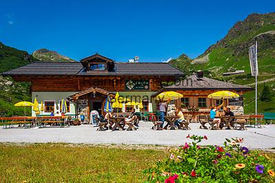 Oesterreich, Salzburger Land, Pongau, Obertauern: bekannter Wintersportort in den Radstaedter Tauern hat Wanderern auch im Sommer einiges zu bieten - Diktin Alm auf 1.816 m | Austria, Salzburger Land, region Pongau, Obertauern: famous wintersport region within the Radstaedter Tauern, also popular with hikers in summer  - Diktin Alm at 1.816 m altitude