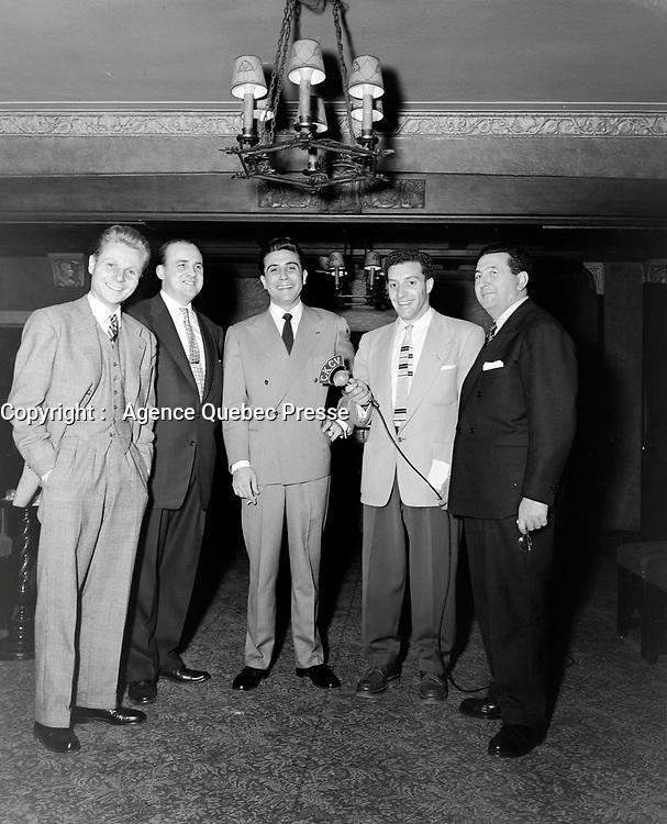 Gilbert Becaud a Quebec, le  29 octobre 1954<br /> <br /> Photographe : Lefaivre & Desroches<br /> - Agence Quebec Presse