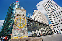 BERLINO / GERMANIA - 2004.Potsdamer Platz è il più sorprendente esempio di come, negli anni Novanta, il rinnovamento urbano abbia potuto trasformare Berlino nella nuova capitale della Germania unificata. Famosi architetti come Renzo Piano hanno letteralmente reinventato un terreno desolato dove fino al 1989 il Muro separava Berlino Est da Berlino Ovest..FOTO LIVIO SENIGALLIESI..BERLIN / GERMANY - 2004.Potsdamer Platz. After the fall of the Berlin Wall it was decided to rebuild the whole area. Construction started in 1994 and for many years Potsdamer Platz became the largest construction site in Europe. The square, together with several adjacent blocks were redeveloped under the supervision of famous architects like Renzo Piano. .PHOTO BY LIVIO SENIGALLIESI