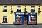 Ireland, County Wicklow, Avoca: Fitzgerald's Irish pub, set in a fictional village called Ballykissangel featured in BBC TV series from 1996 to 2001 | Irland, County Wicklow, Avoca: Fitzgerald's Irish pub, bekannt aus der BBC TV Serie Ballykissangel, die von 1996 bis 2001 in UK ausgestrahlt wurde