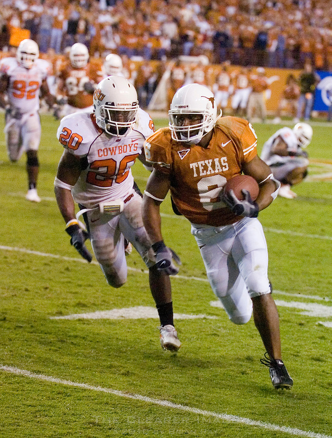04 November 2006: Texas receiver Quan Cosby avoids an Oklahoma State defender during the Longhorns 36-10 victory over the Oklahoma State University Cowboys at Darrel K Royal Memorial Stadium in Austin, Texas.