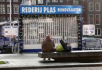 Nederland  Amsterdam - 31 december 2020.    Stad in lockdown. Man met slaapzak en matje op een bank voor het hek van de rondvaartboten.   Foto mag niet in schadelijke context worden gepubliceerd. Foto : ANP/ HH / Berlinda van Dam