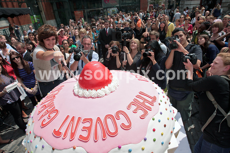 **ALL ROUND PICTURES FROM SOLARPIX.COM**.**NO UK NEWSPAPER PUBLICATION**.**UK MAGAZINE & SUPPLEMENT PUBLICATION ONLY** AND NO PUBLICATION IN AUSTRALIA, FRANCE, GERMANY, ITALY AND SCANDINAVIA** World's largest cupcake - Visitors to the Covent Garden Real Food Market were treated to a free piece of what is thought to be the world's largest cupcake...The cake, which has been created by culinary Olympic winner Michelle Wibowo, measures 2x 1.25 metres ( 6000 times the size of a normal cupcake)  and, with the potential to feed 2,000 people, is believed to be the largest of its kind in the world...Ingredients for Covent Garden's Giant Cupcake includes over 75 kilograms of sugar, over 200 eggs, over 50 blocks of butter and it weighed in at an impressive 150 kilograms. ..This pic: World's largest cupcake..JOB REF: 9509 SFE       DATE: 16_07_2009.**MUST CREDIT SOLARPIX.COM OR DOUBLE FEE WILL BE CHARGED**.**ONLINE USAGE FEE GBP 50.00 PER PICTURE - NOTIFICATION OF USAGE TO PHOTO @ SOLARPIX.COM**.**CALL SOLARPIX : +34 952 811 768 or LOW RATE FROM UK 0844 617 7637**