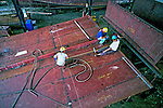 Construção de navio no estaleiro Inace em Fortaleza, Ceará. 1998. Foto de Juca Martins.