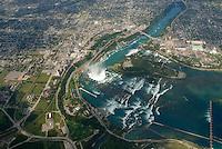4415 / Niagara: AMERIKA, VEREINIGTE STAATEN VON AMERIKA, KANADA, NEW YORK, ONTARIO  (AMERICA, UNITED STATES OF AMERICA), 23.08.2006: Die Niagarafaelle sind Wasserfaelle an der Grenze zwischen dem amerikanischen Bundesstaat New York und der kanadischen Provinz Toronto. Niagara Falls, wie die Faelle im Englischen heißen, ist auch der Name der beiden Staedte Niagara Falls, New York und Niagara Falls, Ontario, in deren Zentrum sich die Faelle befinden..Der den Eriesee mit dem Ontariosee verbindende Niagara River stuerzt 58 Meter in die Tiefe, wobei die Faelle durch die oben gelegene Insel Goat Island (Ziegeninsel) in zwei Teile gespalten werden. Die US-amerikanische Haelfte hat eine Kantenlaenge von 363 m, die kanadische eine von 792 m. Das Wasser des US-amerikanischen Teils faellt nach 21 m auf eine Schutthalde, die bei einem Felssturz 1954 entstand. Der kanadische Teil (Horseshoe, deutsch Hufeisen) hat eine freie Fallhöhe von 52 m. Der Wasserdurchfluss betraegt, je nach Jahreszeit, zwischen 2.832 und 5.720 m³/s, durchschnittlich 4.200 m³/s (ungefaehr das Doppelte des Rhein-Abflusses). Schiffe umfahren die Faelle durch den 12 km westlich liegenden, 43,4 km langen Welland Canal bei St. Catharines, die groessere Schwesterstadt von Niagara Falls. Grenze, Grenzfluss..