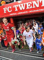 FC Twente - Standard Femina : opkomst met Anouk Dekker en Maud Coutereels (r)<br /> foto DAVID CATRY / Nikonpro.be