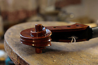 "Il laboratorio del liutaio Carlos Roberts. The laboratory of the luthier Carlos Roberts..Consorzio Liutai ""Antonio Stradivari"". The Consortium of Violinmakers."