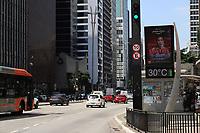 SÃO PAULO, SP, 18.03.2020 - CLIMA-SP - Dia de sol e calor, com temperatura na casa dos 30°, na região da Avenida Paulista, em São Paulo, nesta quarta-feira, 18. (Foto Charles Sholl/Brazil Photo Press/Folhapress)