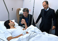 PORTO - PORTUGAL  - 25-01-2014: Juan Manuel Santos (2 Izq.), Presidente de Colombia visita al futbolista Radamel Falcao Garcia (Izq.), en el hospital Trindade en la ciudad de Porto en Portugal. Falcao Garcia fue operado en la rodilla izquierda luego de una lesión en un partido en Francia. / Juan Manuel Santos (2 L), President of Colombia to visit footballer Radamel Falcao Garcia (L) in the Trindade hospital in the city of Porto in Portugal. Falcao Garcia had surgery on his left knee after an injury in a match in France. Photo: VizzorImage / Javier Casella / SIG