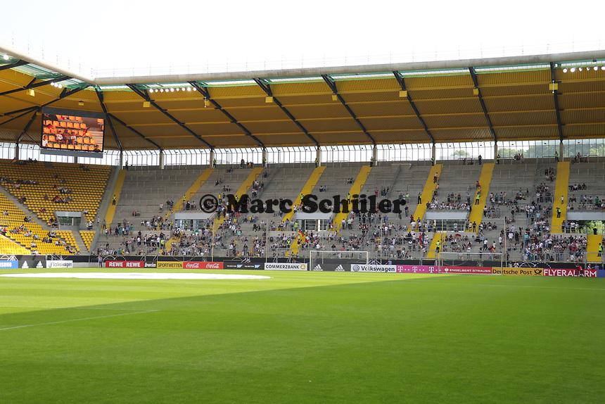 Nur langsam kommen die Fans ins Stadion zum öffentlichen Training - 05.06.2019: Öffentliches Training der Deutschen Nationalmannschaft DFB hautnah in Aachen