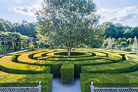 France, Loiret (45), Chilleurs-aux-Bois, château de Chamerolles et jardins d'inspiration renaissance, le labyrinthe fait de haies d'ifs  (vue aérienne)