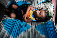 INDIA Orissa, Raygada, tribal village Bishnuguda, Dongria Kondh tribe, sleeping baby in Sari / INDIEN Odisha Orissa, Raygada, Dorf Bishnuguda, Ureinwohner Dongria Kondh, schlafendes Baby in Tuch