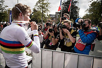Per Strand Hagenes (NOR),  the newest Junior Men World Champion, posing for the photographers with his (supposedly) chocolate gold medal...<br /> <br /> World Championships Junior Men - Road Race (WC)<br /> from Leuven to Leuven (121.4km)<br /> <br /> UCI Road World Championships - Flanders Belgium 2021<br /> <br /> ©kramon