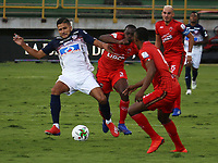 TUNJA-COLOMBIA, 04-10-2020: Breyner Zapata de Patriotas Boyaca y Willer Ditta, Larry Vasquez de Atletico Junior disputan el balón, durante partido de la fecha 11 entre Patriotas Boyaca y Atletico Junior, por la Liga BetPlay DIMAYOR 2020-I, jugado en el estadio La Independencia de la ciudad de Tunja. / Breyner Zapata of Patriotas Boyaca and Willer Ditta, Larry Vasquez of Atletico Junior figh for the ball, during a match of the 11h date between Patriotas Boyaca and Atletico Junior, for the BetPlay DIAMYOR Leguaje 2020-I played at the La Independencia stadium in Tunja city. / Photo: VizzorImage / Mcgiver Baron / Cont.