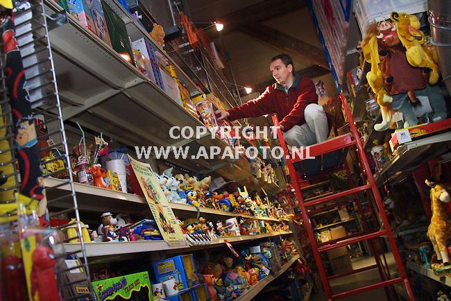Dieren, 150101 Foto: Koos Groenewold / APA Foto<br />Het TV Toys Museum in Dieren.<br />Directeur Paul vd Heuvel in het magazijn