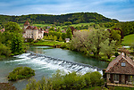 Frankreich, Bourgogne-Franche-Comté, Département Doubs, Cléron: Schloss Château de Cléron am Suedufer der Loue | France, Bourgogne-Franche-Comté, Département Doubs, Cléron: castle Château de Cléron on the South banks of river Loue