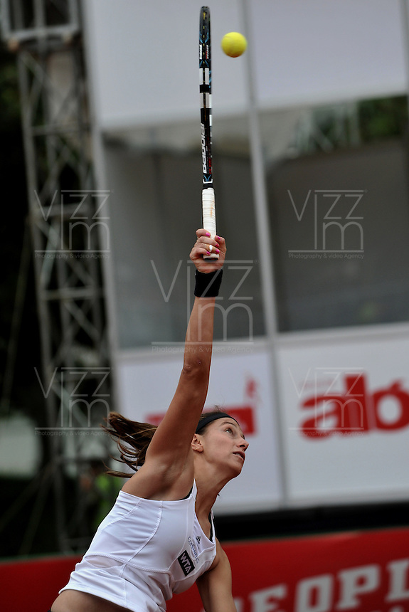 BOGOTA - COLOMBIA - FEBRERO 21-02-2013: Mariana Duque de Colombia, devuelve la bola a Jelena Jankovic de Serbia, durante partido por la Copa de Tenis WTA Bogotá, febrero 19 de 2013. (Foto: VizzorImage / Luis Ramírez / Staff). Mariana Duque from Colombia, returns the ball to Jelena Jankovic from Serbia, during a match for the WTA Bogota Tennis Cup, on February 21, 2013, in Bogota, Colombia. (Photo: VizzorImage / Luis Ramirez / Staff) .........