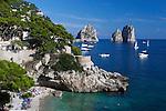 Italy, Campania, Capri: Beach view at Marina Piccola with Faraglioni rocks | Italien, Kampanien, Provinz Neapel, Capri: Marina Piccola mit Strand und den Faraglioni
