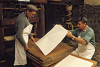 Europe/France/Auverne/63/Puy-de-Dôme/Moulin Richard-de-Bas : Fabrication artisanale du papier - Le levrage // Europe, France, Auverne, Puy-de-Dôme, Env. d'Ambert: Richard de Bas paper mill and museum<br />  [Non destiné à un usage publicitaire - Not intended for an advertising use]