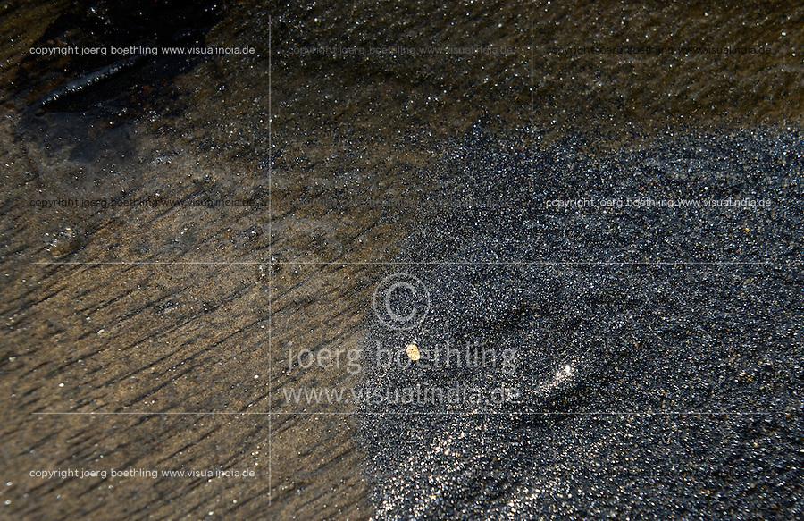 MADAGASCAR, region Manajary, town Vohilava, small scale gold mining, panning of gold at river, small gold nugget in pan / MADAGASKAR Mananjary, Vohilava, kleingewerblicher Goldabbau, Gold in der Waschschale