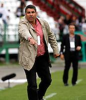 MANIZALES - COLOMBIA - 21-04-2013: Santiago Escobar, director técnico de Once Caldas, da instrucciones a los jugadores, durante el partido en el estadio Palogrande de la ciudad de Manizales, abril 21 de 2013.Once Caldas venció dos goles a cero al Cúcuta Deportivo, en partido de la fecha 12 de la Liga Postobón I. (Foto: VizzorImage / Yonboni  / Str).  Santiago Escobar, coach of once Caldas, gives instructions to the players during the match at the stadium Palogrande city of Manizales, April 21, 2013. Once Caldas won two goals to cero to Cucuta Deportivo, in a match for the twelfth date of the League Postobon I. (Photo: VizzorImage / Yonboni / Str)  .