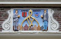 Nederland  Hoorn- September 2020 .  Moderne gevelsteen. Mensen met een pul bier in de hand.  Foto : ANP/ Hollandse Hoogte / Berlinda van Dam