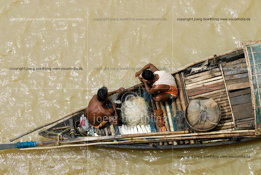 INDIA Westbengal Calcutta Kolkata, fisherman in boat on river Hooghli / INDIEN Kalkutta Kolkata, Fischer in Holzboot auf dem Hugli Fluss