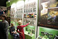 Junge Mädchen bei den Harry Potter Büchern