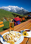 Oesterreich, Salzburger Land, Jausenstation vorm Hochkoenig (2.941 m), Kaiserschmarrn und Apfelschorle | Austria, Salzburger Land, near Dienten, mountain inn and Hochkoenig mountain range (2.941 m), Austrian pastry: Kaiserschmarrn