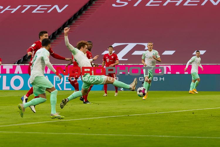 21.11.2020, Allianz Arena, Muenchen, GER,  FC Bayern Muenchen SV Werder Bremen <br /> <br />  im Bild Josh Sargent (SV Werder Bremen #19) kommt noch an den Ball aber Bayern Keeper #Manuel Neuer (FCB #1)  haelt auf der Linie<br /> <br /> <br /> <br /> Foto © nordphoto / Straubmeier / Pool/ <br /> <br /> DFL regulations prohibit any use of photographs as image sequences and / or quasi-video.