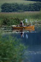 Europe/France/Limousin/23/Creuse: Pêche à la ligne sur l'étang - Pêcheur dans une barque