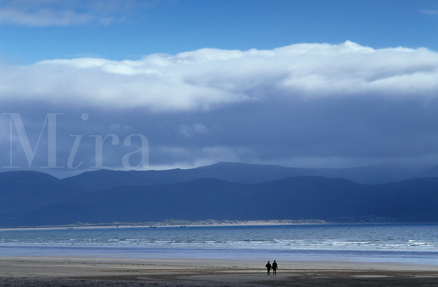 Ireland, Kerry, Dingle Peninsula, couple walking in distance along deserted Inch Beach
