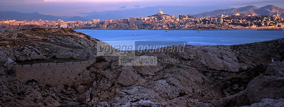Europe/France/13/Bouches-du-Rhône/ Marseille: la ville dans la lumière du soir vue depuis les Iles du Frioul