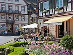 Germany, Baden-Wurttemberg, Black Forest, Gengenbach: centre with cafe and half-timbered houses | Deutschland, Baden-Wuerttemberg, Schwarzwald, Gengenbach im Ortenaukreis: Stadtzentrum mit Eiscafe und Fachwerkhaeusern