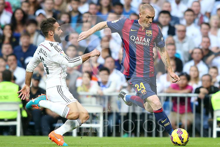 Real Madrid's Daniel Carvajal (l) and FC Barcelona's Jeremy Mathieu during La Liga match.October 25,2014. (ALTERPHOTOS/Acero)