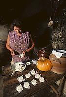 Europe/France/Midi-Pyrénées/46/Lot/Haut-Quercy/Concorès: Fabrication des cabecous [Non destiné à un usage publicitaire - Not intended for an advertising use]<br /> PHOTO D'ARCHIVES // ARCHIVAL IMAGES<br /> FRANCE 1980