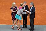 Svetlana Kuznetsova from Russia receives the Mutua Madrid Open tennis finalist award in Madrid, Spain. May 09, 2015. (ALTERPHOTOS/Victor Blanco)