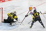 Bremerhavens TYEMCGINN (Nr.16) im Zweikampf mit Krefelds Marvin Cuepper (Nr.39) und Krefelds Tom-Eric Bappert (Nr.77) mit der Chance beim Spiel in der Gruppe Nord der DEL, Krefeld Pinguine (schwarz) – Fischtown Pinguins Bremerhaven (weiss).<br /> <br /> Foto © PIX-Sportfotos.de *** Foto ist honorarpflichtig! *** Auf Anfrage in hoeherer Qualitaet/Aufloesung. Belegexemplar erbeten. Veroeffentlichung ausschliesslich fuer journalistisch-publizistische Zwecke. For editorial use only.