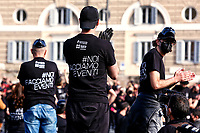 Flash mob of the workers of the entertainment field titled 'Bauli tornano in piazza - Trunks back in the square.<br /> Rome (Italy), April 17th 2021<br /> Photo Samantha Zucchi Insidefoto