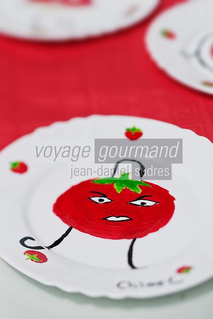 Europe/France/Aquitaine/47/Lot-et-Garonne/Marmande: Lors de la Fête de la Tomate: Tomato Fiesta assiettes décorées par des enfants à la gloire de la tomate