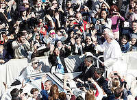 Papa Francesco saluta i fedeli al termine della messa di Pasqua in Piazza San Pietro, Citta' del Vaticano, 27 marzo 2016.<br /> Pope Francis greets faithful at the end of the Easter Mass in St. Peter's Square, Vatican, 27 March 2016.<br /> UPDATE IMAGES PRESS/Isabella Bonotto<br /> <br /> STRICTLY ONLY FOR EDITORIAL USE<br /> <br /> *** ITALY AND GERMANY OUT ***