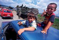 General Jankovic / Confine Kosovo - Macedonia / 13 giugno 1999.Profughi kosovari di etnia albanese festeggiano in ritorno in Kosovo grazie  all'intervento di terra delle truppe della Nato. Durante i 78 giorni di bombardamenti aerei sul Kosovo e la Serbia i profughi kosovari si erano rifugiati a migliaia in Macedonia e Albania..Foto Livio Senigalliesi..General Jankovic / Border Makedonia - Kosovo - 13 June 1999.Ethnic albanian returnees. After intervention of Nato ground troops, thousands of kosovar refugees can return to their houses..Photo Livio Senigalliesi