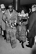 Manhattan, New York City, NY. March 8th, 1971. Musician Isaac Hayes attending Muhammad Ali and Joe Frazier fight at Madison Square Garden. Billed as the 'Fight of the Century' African-American boxing fans and dandies attended wearing the most glam-fashions of the day. Furs, minis and thigh-high platform boots were all the rage.  <br /> <br /> Madison Square Garden, matchs de Box entre Muhammad Ali et Joe Frazier.<br /> Les deux combats du 8 mars 1971 et la revanche du 28 janvier 1974 attirèrent la même foule bigarrée, originale, riche et tirée à quatre épingles. Ce furent deux défilés de mode extravagants. Où seront tous les dandys de la ville.