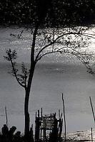 Catadores de caranguejo chegam pelo rio Uriandeua.<br /> <br /> O pescador Emanuel Alves dos Santos, 73 anos, nascido em Macapazinho, mostra a fuselagem da nave aeroespacial descoberta por ele durante pescaria em 28/04/2014 no rio Uriandeua, transformada em abrigo usado por pescadores na região.<br /> Salinópolis, Pará, Brasil.<br /> Foto Paulo Santos<br /> 29/07/2014