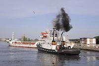 - porto di Ravenna, nave mercantile e rimorchiatore in manovra<br /> <br /> - port of Ravenna, merchant ship and tug manoeuvering